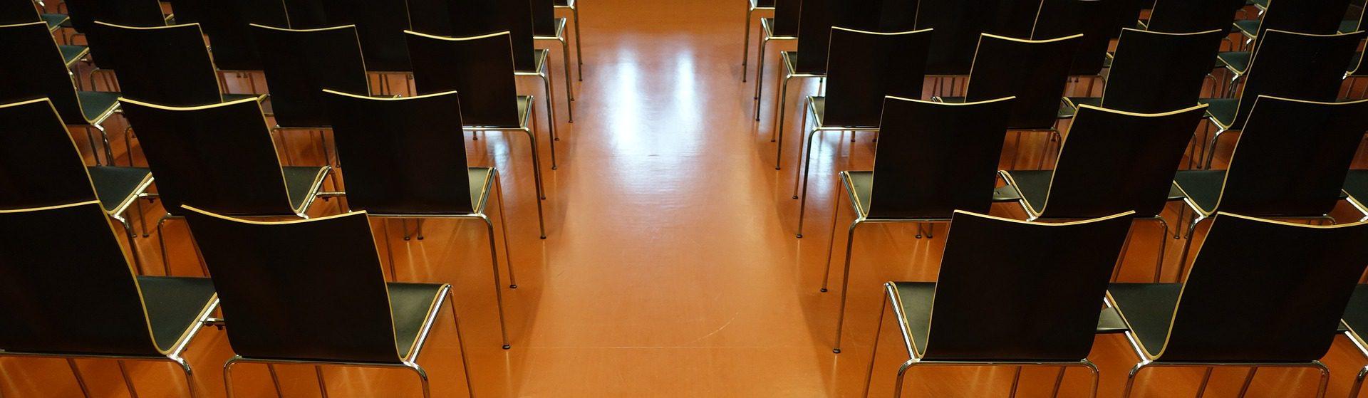 Vortragssaal - Blick von hinten auf die leeren Stuhlreihen